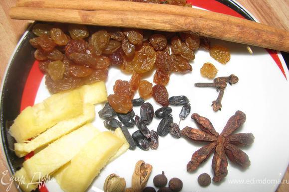 Изюм, корицу, бадьян, имбирь, душистый перец, барбарис, кардамон и гвоздику залить вином и поставить на огонь.