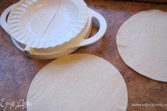 Вырезать из теста круги,положить в середину каждого понемногу начинки.сложить пирожок пополам и хорошо прижать края.