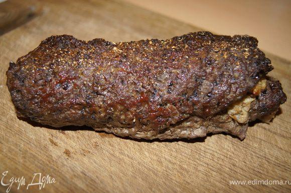 Выпекать первые 20 минут при 200С, потом убавить температуру до 180С и выпекать еще 30-40 минут. Время от времени поливать рулет соками, что выделись из мяса. Готовое мясо переложить на решетку остывать. разрезать на кусочки. Приятного аппетита!)
