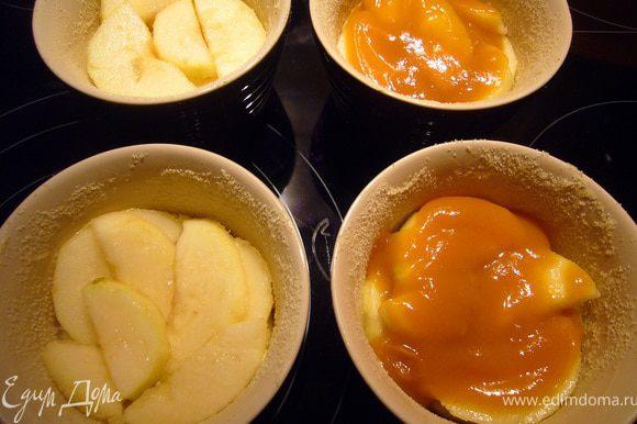 Формочки для запекания смазать маслом и присыпать манкой. Выложить половину риса (чуть больше столовой ложки получается), на него разложить груши и полить фруктовым пюре.