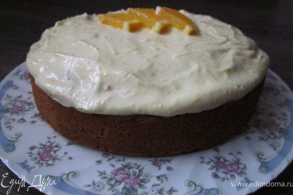Взбить крем-чиз с сахарной пудрой, добавить сок, цедру и взбивать ещё 3 минуты. Крем выложить на остывший пирог. Украсить по желанию.