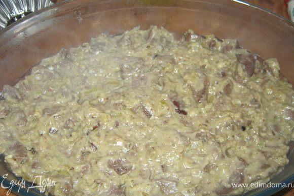 В смазанную маслом форму,выкладываем печень.