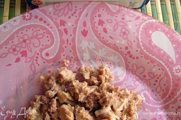 Мясо тунца разобрать на небольшие кусочки по волокнам. Сохранить 2 ст.л. масла с мелкими частичками тунца.