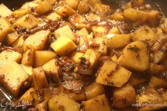 Добавляем кубики тыквы. Солим, перчим, добавляем сахар, приправляем листочками тимьяна и трем мускатный орех. Убавляем огонь, тушим до готовности тыквы (если тыква не очень сочная, то добавляем воды, в которой варился долихос).