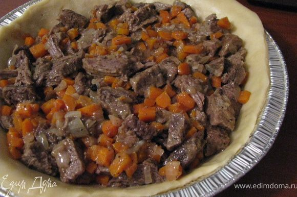 Луковицу очистить, нарезать и обжарить на половине сливочного масла (ок.3мин). Морковь очистить,вымыть, мелко нарезать и обжарить с оставшемся маслом. Добавить корицу и мускатный орех (по щепотке). Добавить мелко нарезанное мясо. Влить бульйон, посолить и поперчить. Тушить 10мин. Излишек сока слить и виложить у форму.