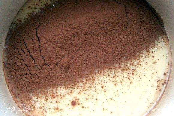 В небольшую кастрюлю с толстым дном влить молоко, просеять какао-порошок. ***Сгущенное молоко должно быть качественным, что, кстати, последнее время сложно: то сухое молоко в состав входит, то растительные жиры***