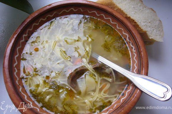 Курицу залить холодной водой,с луковицей,корнем петрушки,перец,лаврушку и варить до появления пенки.Снять пенку шумовкой.