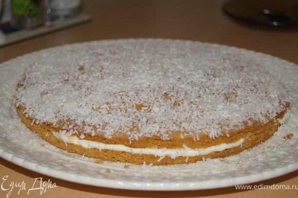 Бисквит разрезать на два коржа, смазать кремом, сверху помазать сгущенным молоком и посыпать кокосовой стружкой.