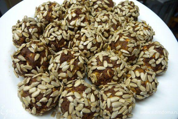 Скатать шарики с большой грецкий орех (катать тоже не прижимая, легко). Обвалять в семечках.