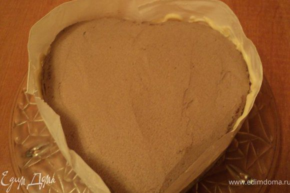 Смазать верх и бока торта шоколадным кремом, выровнять поверхность. Поставить тор в холодильник на 30мин.Подготовить шоколенту: взять полиэтиленовую пленку длиной по диаметру торта и соответствующей высоты. Шоколад растопить в микроволновке или на водяной бане, положить в полиэтиленовый пакетик, отрезать уголок и нанести шоколад тонкой струйкой на ленту. Дать шоколаду слегка остыть и обернуть лентой торт. Поставить в холодильник на 1-2 часа.