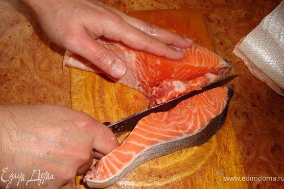 """Это не мои руки. Мне в этом деле всегда помогает еще одна """"кухонная принадлежность"""" - муж, большое ему спасибо за это! Затем отрезаем кость с другой стороны, вот так..."""