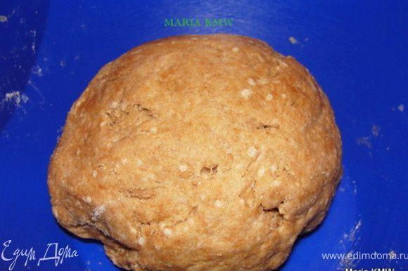 Из муки, оливкого масла, соли, воды и дрожжей замешиваем тесто. Даем ему постоять 20 минут в теплом месте.