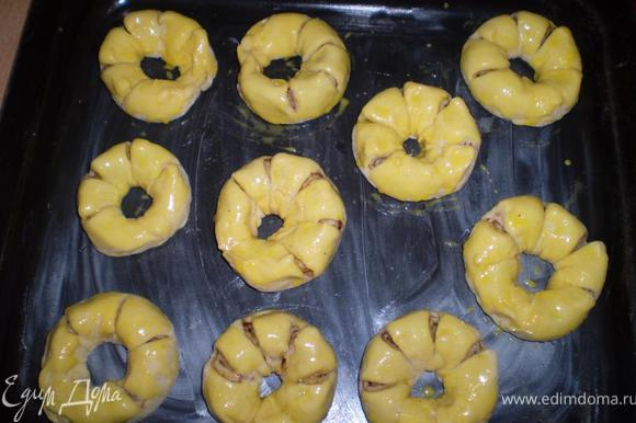 Смазываем желтком и выпекаем 30-40 мин при 2оо гр.