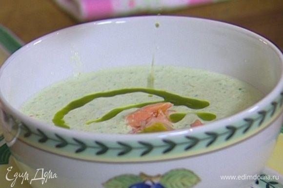 Разлить холодный суп по тарелкам, добавить в каждую небольшой кусок семги и немного базиликового масла.