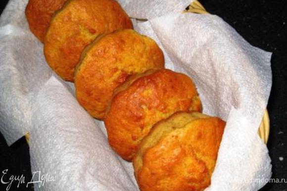 Собственно говоря, уже вкусно. Но дальше я сделала так. Часть еще горячими в формочках потыкала вилочкой и полила апельсиновым соком.