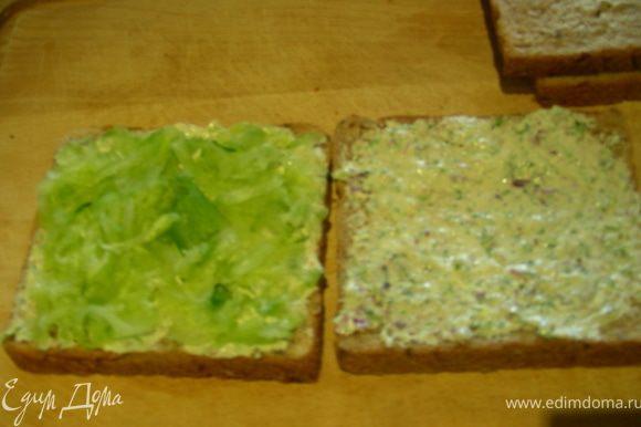 Собираем наш сэндвич. На хлеб намазываем заправку (2 кусочка или все 4, по желанию, у меня 4), затем выкладываем огурец, накрываем вторым кусочком сверху.