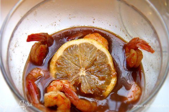 Креветки вместе с горячим маринадом переложить в посуду для мариновария- добавить дольку лимона и убрать в холодильник на ночь.