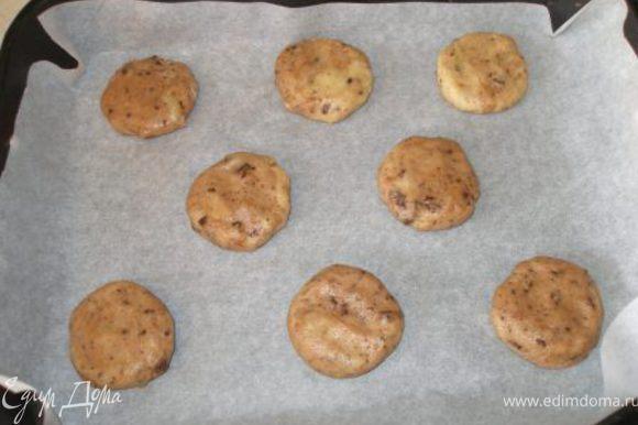 Противень застелить пергаментом и выкладывать на него печенье. Это можно делать ложкой для мороженого, простой ложкой или даже мокрыми руками, как я конкретно в этом случае. Выпекать 10 минут при 180С.