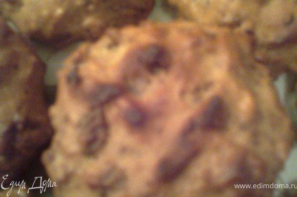 Сразу пишу,что хлопья теряют свою хрустящесть,а по структуре печеньки напоминают пряники.Когда открываешь крышку(где они лежат)сразу ощущаешь сильный ореховый аромат.Всем понравилось!