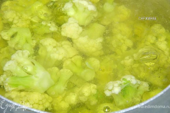 Когда вода в кастрюле закипела, подсаливаем ее и отправляем туда капусту варится 5 минут, пока она не начнет оседать.