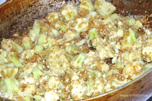 Хорошо обжариваем капусту в сухарях, до их золотистого цвета.