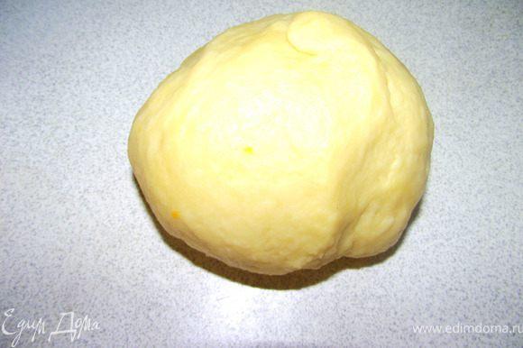 Добавить просеянную муку, тщательно перемешать. Если тесто получилось крошками, добавить чуть- чуть воды и замесить эластичное тесто.