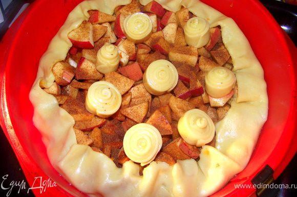 Сахар с корицей смешать, присыпать яблоки и нагнуть края теста.Выпекать при 180 °С, 35-40 минут.