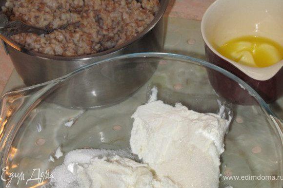 Творог+сахар+яйцо-перемешать.Слив.масло растопить и половину вылить в творог.Если творог не кислый, можно добавить немного натёртой лимонной цедры. Кашу выложить в миску с творогом и перемешать. Форму(у меня сердце) выстелить бумагой смазать маргарином или раст.маслом посапать панировкой выложить массу разровнять верх и полить оставшимся сливочным маслом.Запекать 40-50 минут при темп.180. При подаче я украсила запеканку изюмом(глазки) ванильным сахаром и курагой(улыбка).