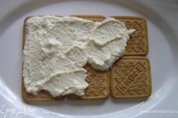 Поверх печенья аккуратно выложить часть творожно-ванильной массы,