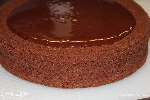 Переворачиваем торт вверх дном (так мы имеем более идеальную поверхность) и заливаем ганашем, в том числе и бока торта. Охлаждаем, и затем можно украсить посыпкой...