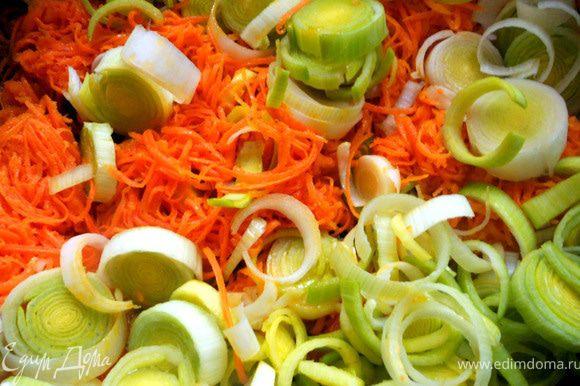 Добавить лук-порей (белая часть, в принципе для супа-пюре можно взять и более грубые стебли).