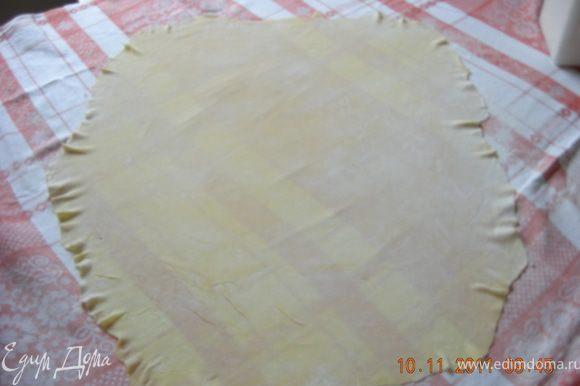 Далее тесто следует раскатать с помощью скалки как можно тоньше. Делается это легко, тесто очень эластичное, я даже руками его немножко растягивала. Единственное замечание - скатерть кто-то должен помогать придерживать:) У меня получился почти прямоугольник размером примерно 80х60 см.