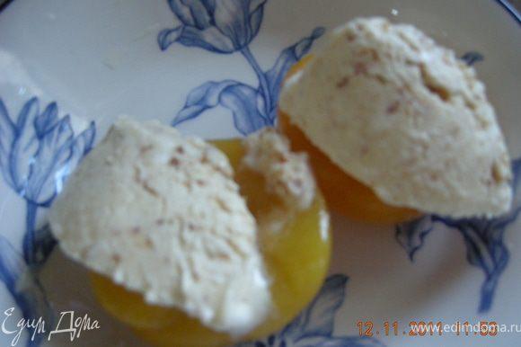 Вылить массу в любую форму, пригодную для морозильниkа. Поставить в морозилку минимально на 2 часа. Перед подачей вынуть загодя, положить в креманки половинки консервированных персиков, сверху выложить шарик Семифредо!