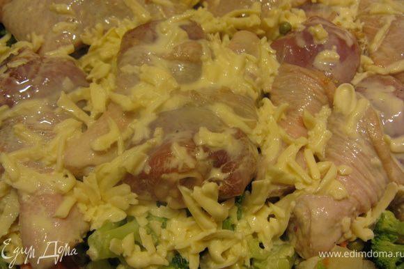 В форму для запекания слоями выкладываем лук, морковь, цветную капусту, горошек. Поверх овощей разложить куриные ножки и залить все соусом.