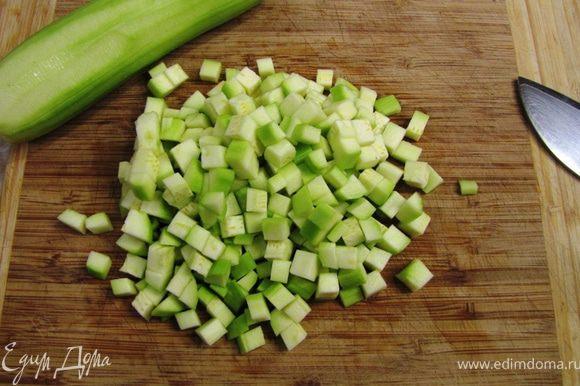 В рецепте приготовление начиналось с тушения овощей, но я приготовил по принципу, используемому в Индии - в масле сначала обжариваются пряности, а потом закладываются ингредиенты Помойте и почистите кабачки. Порежьте их на небольшие кубики. Если кабачки будут большие, то семена лучше удалить.