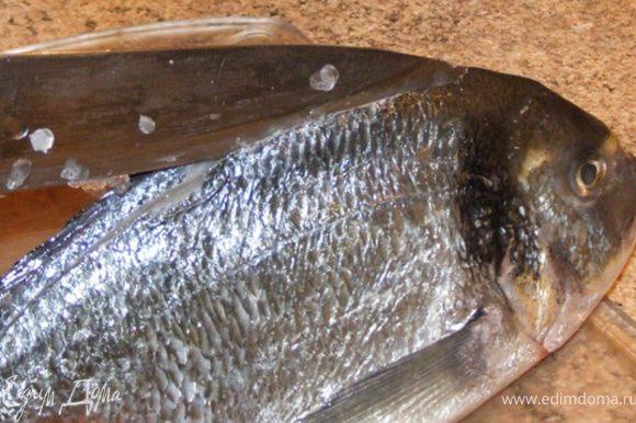 Рыбу очистим от чешуи. Сделаем надрезы вдоль спинного плавника