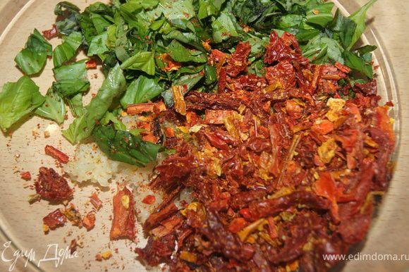 Базилик порубить, чеснок выдавить, томаты и перцы мелко порезать.