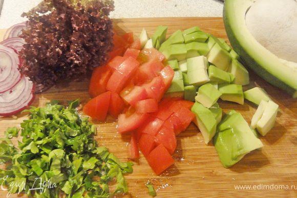 Пока готовится голень, приготовим салат. Авокадо оказался на удивление спелым и вкусным))) Нарезаем овощи произвольно, листья салата рвем.