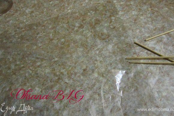 Если нет ни железных ни силиконовых формочек, конфетки можно сделать на пергаменте. Пергаменте или плотной пищевой пленке ( но лучше на пергаменте, если пленку плохо смазать маслом, она может прилипнуть к конфеткам). Пергамент или пленку смазать растительным маслом.