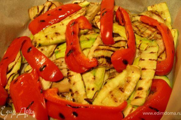 Я овощи еще немного запекла в духовке, что совершенно необязательно (просто мой муж любит, чтобы они были хорошо проготовлены). Я их выложила в форму для запекания, смазала маслом от вяленых томатов и отправила в духовку при 180 гр минут на 15.