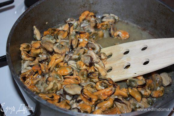 Прогреть оливковое масло на сковороде. Добавить туда мелко порезанный чеснок и мидии. Накрыть крышкой. Тушить где-то 5 мин.