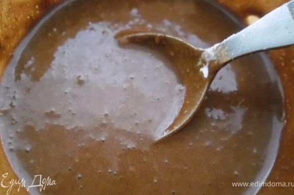 Для глазури нужно смешать все сухие ингредиенты и просеять их в мисочку. Затем добавить воду и перемешать.
