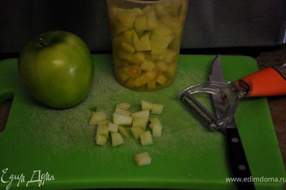 Муку и 3 последующих ингредиента смешать в отдельной посуде. Добавить в жидкий состав, перемешать все до гладкого состояния, добавить разрезанные яблоки,подсушенные орехи. Сбрызнуть форму прямоугольную/для выпечки хлеба/ маслом и мукой.Выложить в неё рассыпав по всей поверхности 1 стак.пекана.