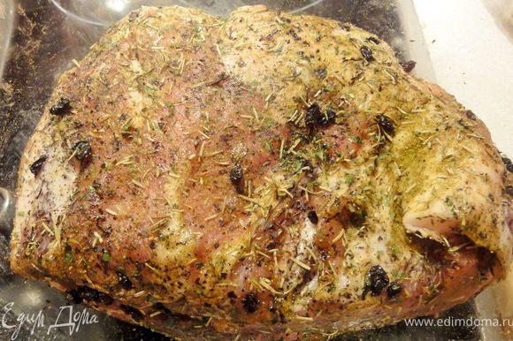 Мясо желательно выбирать не замороженное. Свиная шейка должна быть с небольшими жировыми прослойками, которые после запекания становятся нежными и не застывают во рту. К сожалению я забыла сфотографировать сырое мясо. Мясо следует помыть и обсушить полотенцем.