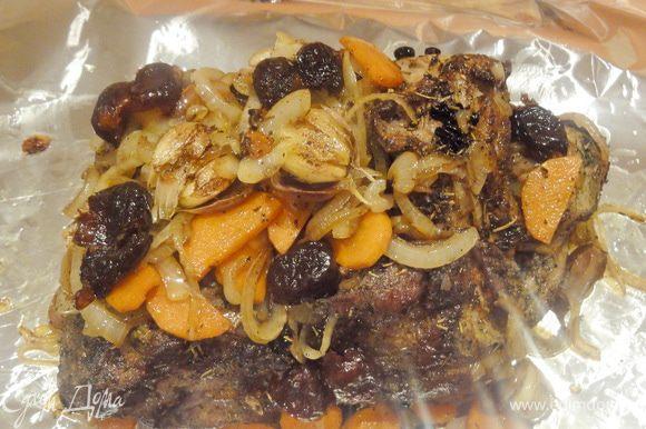 На фольгу выкладываем мясо, сверху овощи (можно положить и под мясо) и финики.