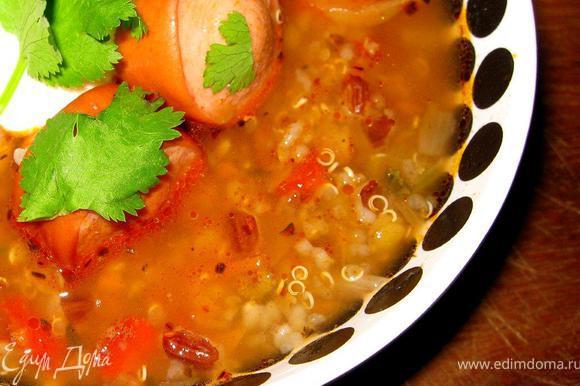 Сварить основу для супа согласно инструкции, это займет у вас примерно 30 минут. Пока основа варится, возьмём копченые колбаски или сосиски, нарежем их на небольшие кусочки и обжарим на оливковом масле. Когда они подрумянятся, посыпим их тимьяном, паприкой и чили. Еще пару минут и острая заправка для супа готова. За 5 минут до готовности суповой основы, добавим немного соли и колбаски, перемешаем и доведем суп до готовности, после чего снимем с огня и дадим немного настояться под крышкой. Подаем этот очень вкусный суп со сметаной и зеленью. Есть в нем что-то испанское на мой вкус!