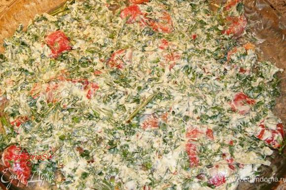 Болгарский перец запечем, очистим от шкурки. Можно использовать и свежий болгарский перец, но я не люблю, болгарский перец после тепловой обработки со шкуркой. Перец произвольно нарежем. Зелень мелко нарубим. Чеснок пропустим через пресс. Смешаем вместе болгарский перец, зелень, чеснок, творожный сыр и острый перец. Выложим в форму для запекания.