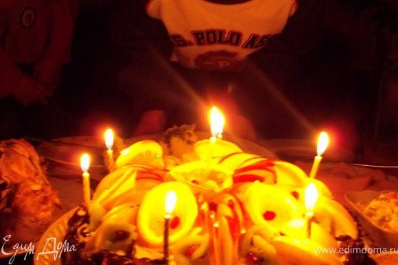 торт украсила также свечками, которые должен задуть именинник. С ДНЕМ РОЖДЕНИЯ, МОЙ МИЛЫЙ, ЛЮБИМЫЙ СЫНОЧЕК!