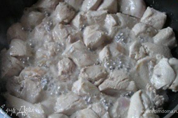 Курицу порезать на порционные кусочки (филе 3х3 см), обжарить на растительном масле с двух сторон,