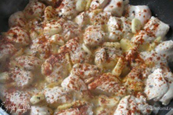 добавить соевый соус, уксус, чеснок, имбирь, черный перец, паприку,